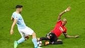 Sergio Aguero (trái) tái phá chấn thương sau cú va chạm với Ashley Young. Ảnh: Getty Images