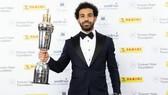 Mohamed Salah với giải thưởng Cầu thủ xuất sắc nhất của PFA. Ảnh: Daily Express