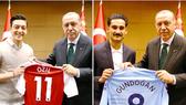 Oezil và Gundogan gây rắc rối khi chụp ảnh với tổng thống Erdogan.