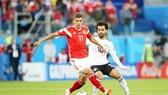 Salah luôn được theo sát bởi các cầu thủ Nga. Ảnh Getty Images