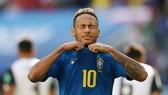 Neymar và hành động đang chịu nhiều chỉ trích. Ảnh: Getty Images