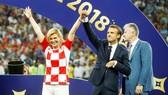 Tổng thống Kolinda Grabar Kitarovic trong chiếc áo ca rô trắng đỏ khá quen thuộc ở các trận đấu của Croatia ở World Cup 2018. Ảnh: Reuters