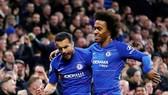 Willian (phải) và Pedro cùng lập công giúp Chelsea chiến thắng Newcastle. Ảnh: Getty Images