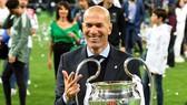 Zinedine Zidane sau thành công vĩ đại cùng Real Madrid hiện chờ đợi một lời mời thật sự đặc biệt. Ảnh: The Sun