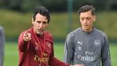 Mesut Oezil một lần nữa bị gạch tên đầy khó hiểu khỏi kế hoạch của HLV Unai Emery. Ảnh: Getty Images