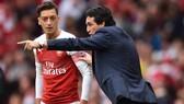 HLV Unai Emery và Mesut Oezil liệu đã tìm được tiếng nói chung? Ảnh: Getty Images