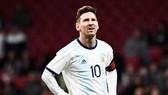 Dáng vé chán nản của Lionel Messi trong lần đầu tiên trở lại đội tuyển. Ảnh: Getty Images