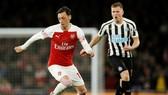 Mesut Oezil (trái) liệu hào hứng quá sớm khi trêu chọc Tottenham? Ảnh: Getty Images