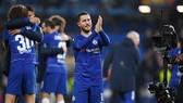 Eden Hazard chào người hâm mộ Chelsea sau trận bán kết lượt về Europa League. Ảnh: Getty Images
