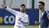 HLV Lionel Scaloni khẳng định sẽ để Lionel Messi thoải mái thể hiện. Ảnh: The Guardian