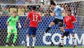 Edinson Cavani với pha đánh đầu ghi bàn quan trọng cho Uruguay. Ảnh: Getty Images