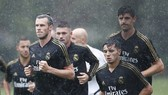 Gareth Bale đội mưa tập luyện ngay ngày đầu tiên cùng Real Madrid. Ảnh: Daily Mail