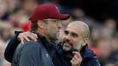 HLV Jurgen Klopp (trái) luôn tin rằng Pep Guardiola may mắn nhờ được hỗ trợ lớn về tài chính. Ảnh: Getty Images