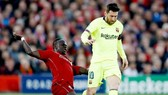 Sadio Mane (trái) đối đầu Lionel Messi ở Champions League mùa qua. Ảnh: Getty Images