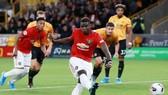 Paul Pogba cố sút mạnh nhưng vẫn không thành công. Ảnh: Getty Images