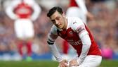 HLV Unai Emery lo ngại Mesut Oezil sẽ khó trở lại với phong độ đỉnh cao. Ảnh: Getty Images
