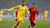 Ukraine (trái) đã xuất sắc giành quyền góp mặt ở VCK EURO lần thứ 3 liên tiếp. Ảnh: Getty Images