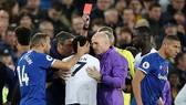 Trọng tài Martin Atkinson thay đổi quyết định rút thẻ đỏ với Son Heung-min. Ảnh: Getty Images