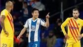 Wu Lei mừng bàn thắng trong sự ngỡ ngàng của cầu thủ Barca. Ảnh: Getty Images