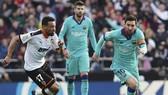 Lionel Messi và Barcelona đã chấp nhận thất bại trong sự bất lực ở Valencia. Ảnh: Getty Images