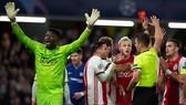 Những chiếc thẻ đỏ khiến Ajax tức tưởi dừng bước ở vòng bảng. Ảnh: Getty Images