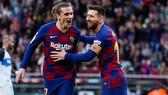 Lionel Messi mừng khi kiến tạo cho Antoine Griezmann ghi bàn. Ảnh: Getty Images