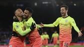 Gabriel Jesus và cầu thủ Man.City mừng bàn thắng quan trọng. Ảnh: Getty Images