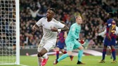 Vinicius Junior và Real cùng vượt qua Lionel Messi và Barca. Ảnh: Getty Images