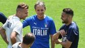 HLV Roberto Mancini ủng hộ lùi VCK EURO thêm một năm.