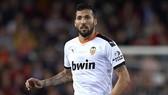 Ezequiel Garay nằm trong 5 thành viên của Valencia dương tính với SARS-CoV-2. Ảnh: Getty Images