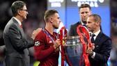 Chủ tịch UEFA, Aleksander Ceferin trao danh hiệu Champions League cho Liverpool. Ảnh: Getty Images