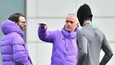 """HLV Jose Mourinho rõ ràng đã """"cuồng chân"""" vì cách ly. Ảnh: Getty Images"""