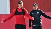 Samir Nasri và HLV Jorge Sampaoli trong thời gian tại Sevilla. Ảnh: Getty Images