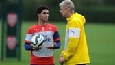 Cựu HLV Arsene Wenger kỳ vọng cựu đội trưởng Mikel Arteta giúp đội khôi phục phong cách vốn có. Ảnh: Getty Images