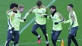 Cầu thủ Man City tích cực tập luyện cho trận đá bù với Arsenal. Ảnh: Getty Images
