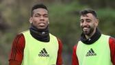Paul Pogba và Bruno Fernandes vui vẻ trên sân tập.
