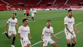 Cầu thủ Sevilla vẫn hướng về khán đài ăn mừng. Ảnh: Getty Images