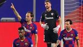 Ivan Rakitic mừng bàn thắng giải nguy cho Barca. Ảnh: Getty Images