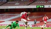 Alexandre Lacazette trừng phạt sai lầm hàng phòng ngự Liverpool. Ảnh: Getty Images