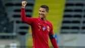 Cristiano Ronaldo rạng rỡ sau khi thêm một cột mốc vĩ đại vào sự nghiệp. Ảnh: Getty Images