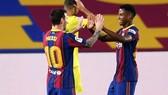 Ansu Fati nhận được sự tán thưởng của Lionel Messi sau cú đúp. Ảnh: Getty Images