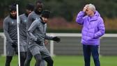 HLV Jose Mourinho đau đầu với số lượng cầu thủ tăng cao trong đội hình. Ảnh: Getty Images