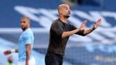 Pep Guardiola chỉ đạo trước những khán đài trống rỗng. Ảnh: Getty Images