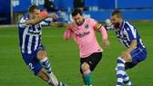 Lionel Messi và Barcelona bất lực trước hàng thủ Alaves. Ảnh: Getty Images