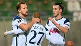 Harry Kane (trái) chạm cột mốc ghi bàn thắng thứ 200 cho Tottenham. Ảnh: Getty Images