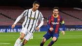 Cristiano Ronaldo che mờ Lionel Mesi để giúp Juventus vươn lên chiếm ngôi đầu bảng. Ảnh: Getty Images
