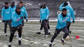 Real Madrid tập luyện trong điều kiện tuyết phủ dày.