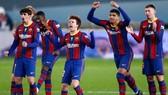 Barcelona mừng chiến thắng trong loạt sút luân lưu lần đầu tiên kể từ năm 1998.
