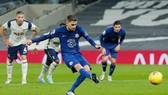 Jorginho ghi bàn thắng quyết định cho Chelsea từ chấm phạt đền. Ảnh: Getty Images