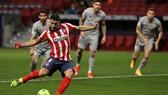 Luis Suarez ghi bàn ấn định chiến thắng quan trọng cho Atletico.